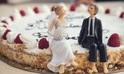 bride groom figurines on wedding cake