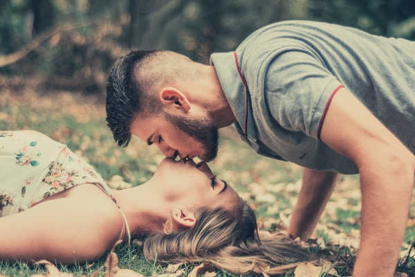 19-feature-photo-of-a-man-kissing-a-woman-lying-on-the-ground