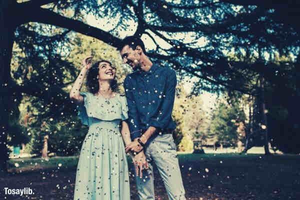 couple confettis smiling