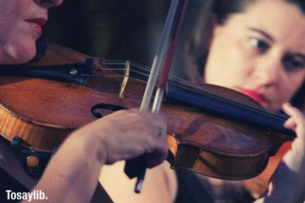women playing violin