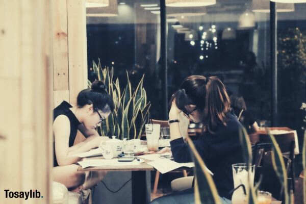 girls studying cafe