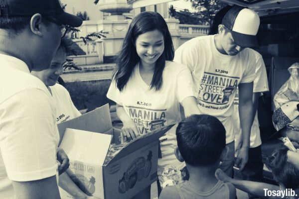 people holding boxes volunteer