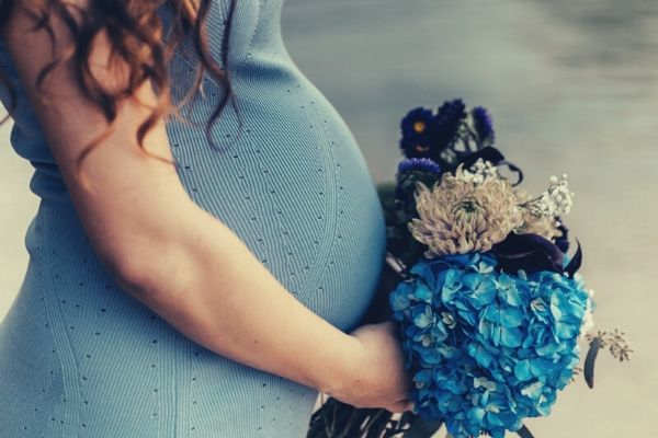 pregnant-women-wearing-blu-dress-blue-bouquet