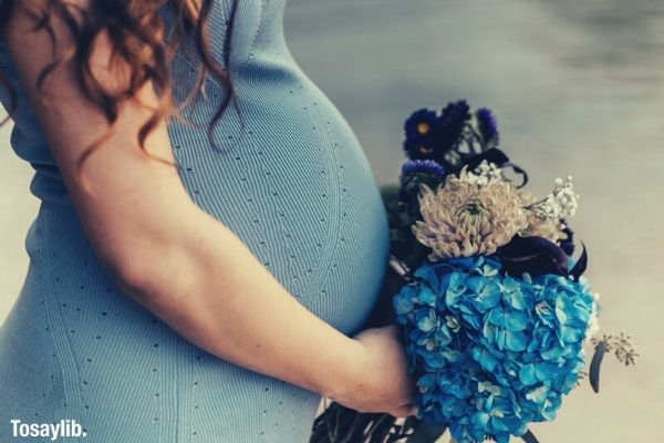 pregnant women wearing blu dress blue bouquet