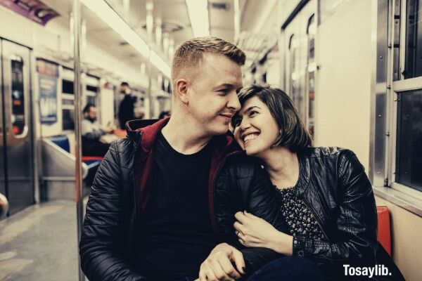 01 woman hugging a man inside the train