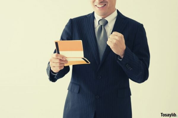 03 a man who sees a passbook and poses a gut