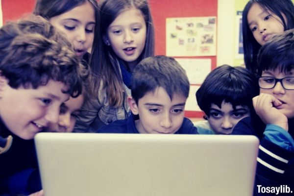 05 children using computer