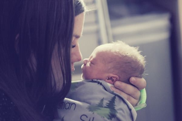 feature-woman-kissing-a-baby-encouraging-words-for-single-mom