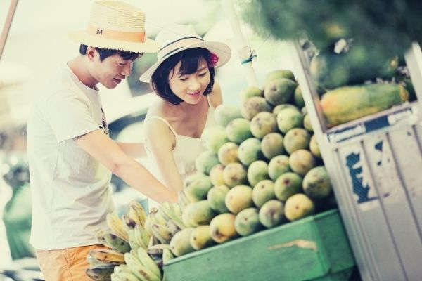 woman-and-woman-picking-fruits-banana-papaya-summer-hat-ways-to-ask-for-a-discount