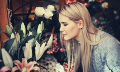 woman-wearing-gray-sweater-while-smelling-the-flowers-words-to-describe-smell