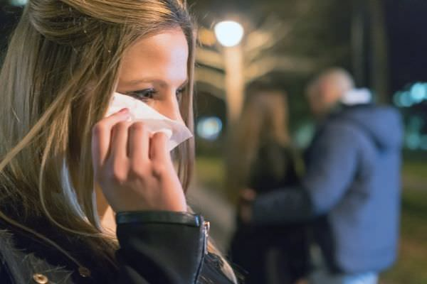 what-to-say-when-someone-betrayed-you-woman-crying-wiping-with-tissue